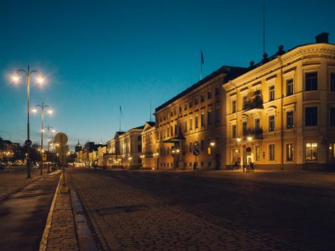ヘルシンキ:夜のエスプラナーディ通り