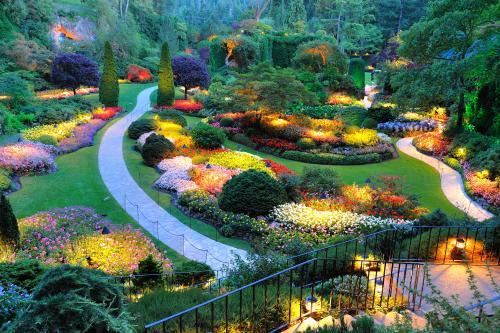 色とりどりの花が咲き誇る夏のブッチャートガーデン(ビクトリア)
