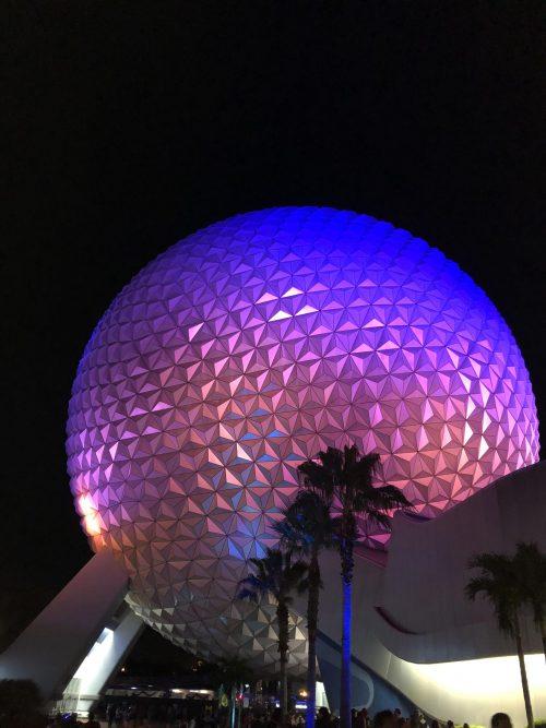 この球体の中にスペースシップアースがあります