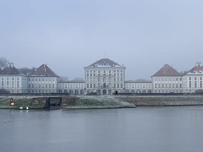 朝靄のニンフェンブルク城。ルドヴィッヒが立てたお城 すごい財力です!