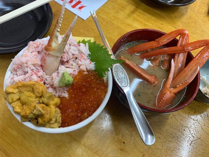 蟹とイクラとウニが載った三色丼と、蟹汁!