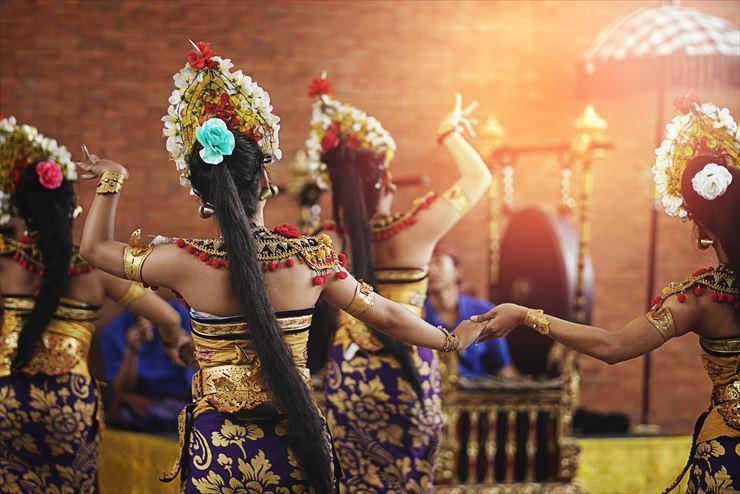 バリ舞踊は、観光客にも人気の伝統芸能です