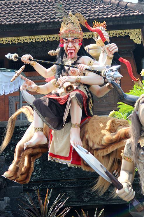 悪魔や悪霊をイメージした、大きなハリボテの人形が村中を練り歩く