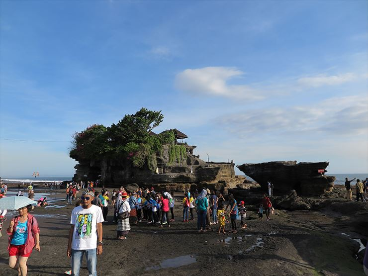 引き潮の際には寺院につながる岩場を歩いで麓までたどり着けます