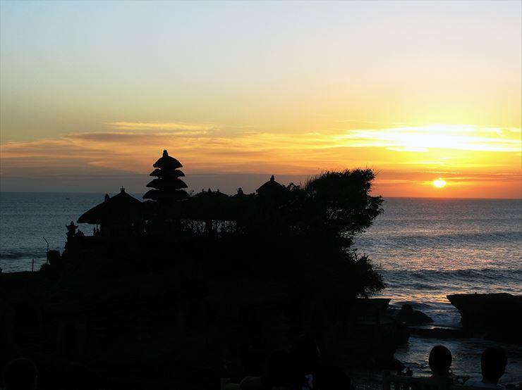 観光客に大人気のタナロット寺院の夕日