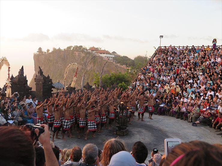 バリ島滞在中にぜひ一度は体験してもらいたいウルワトゥ寺院のケチャックダンス