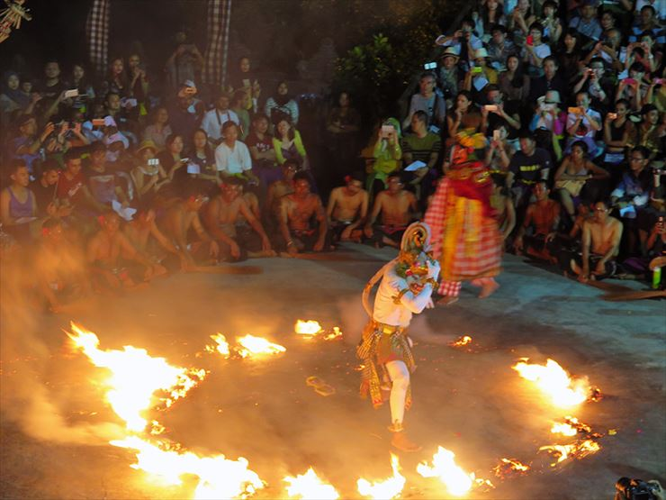 クライマックスはハヌマンという神の遣いの白猿が炎を蹴散らすファイヤーダンス