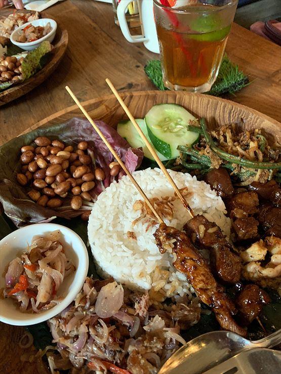 バリ島料理である豚肉のナシチャンプルが一番のオススメメニューだそう