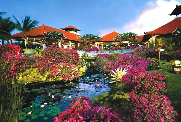 グランドハイアットバリ 蓮池が広がる庭園