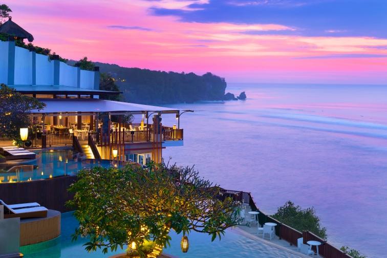 バリ島で美しい夕日と海を堪能!豪華5つ星ホテル「アナンタラ ウルワツ バリ リゾート」
