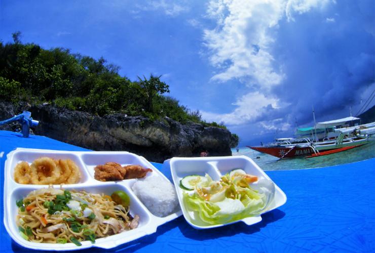 スミロン島周辺のビーチで、ランチは海を見ながらのお弁当!