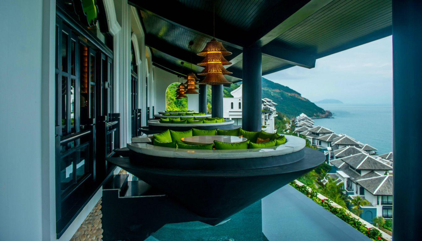 中部ベトナム料理のシトロン人気の「ノンラー」を逆さにしたデザインのテラス席