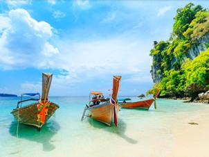 プーケット島のビーチと漁船
