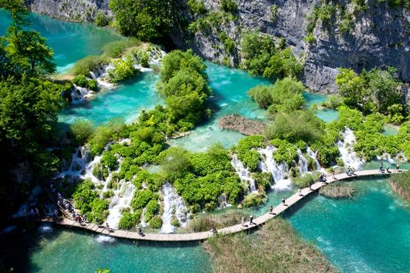 世界で最も美しい滝がある場所と言われる「プリトヴィッツェ湖群国立公園」!