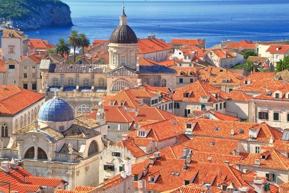 旧市街のオレンジ色の屋根の光景はおとぎ話の世界のよう♥