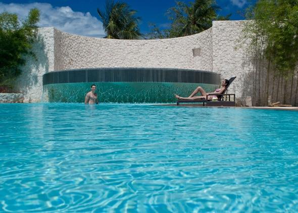 南国感溢れるリゾート内のプール