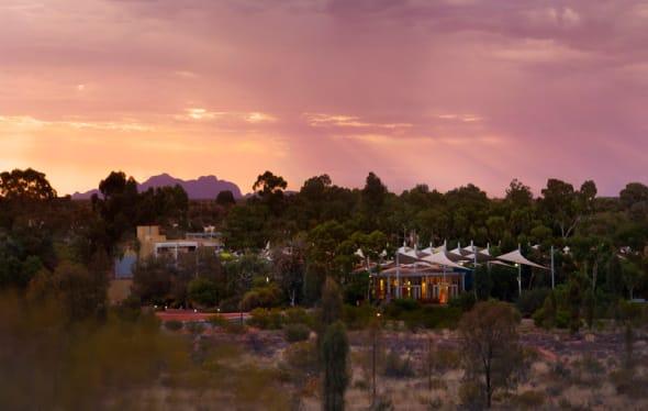 砂漠の中のオアシスのようなホテル