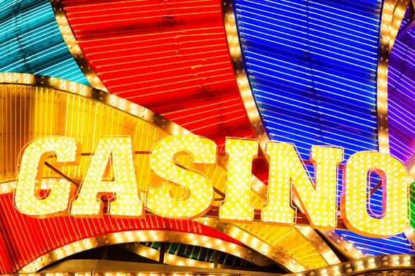 ド派手なカジノやホテルのネオンサイン