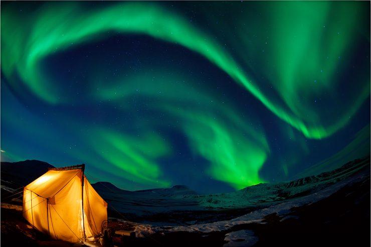 アラスカ大自然に浮かび上がる壮大なオーロラ