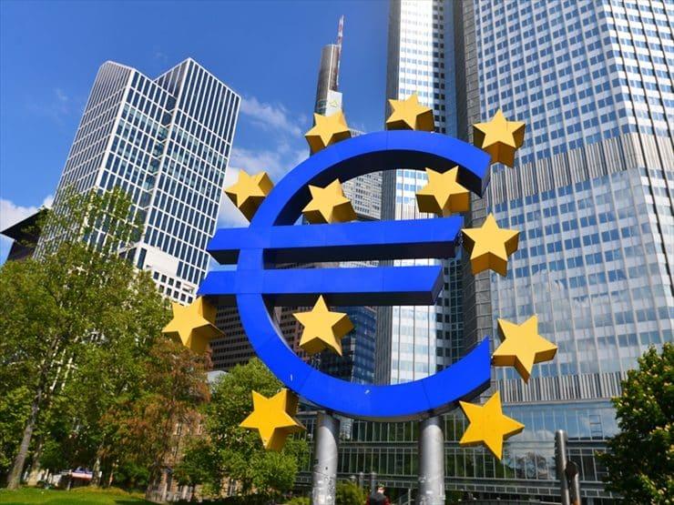 ユーロマークが印象的な欧州中央銀行は、この街のランドマーク的存在。ここで記念撮影をする観光客も。