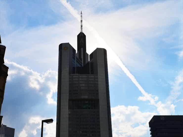 ビルの間から見える青空が心地よい。比較的穏やかな気候が過ごしやすい。