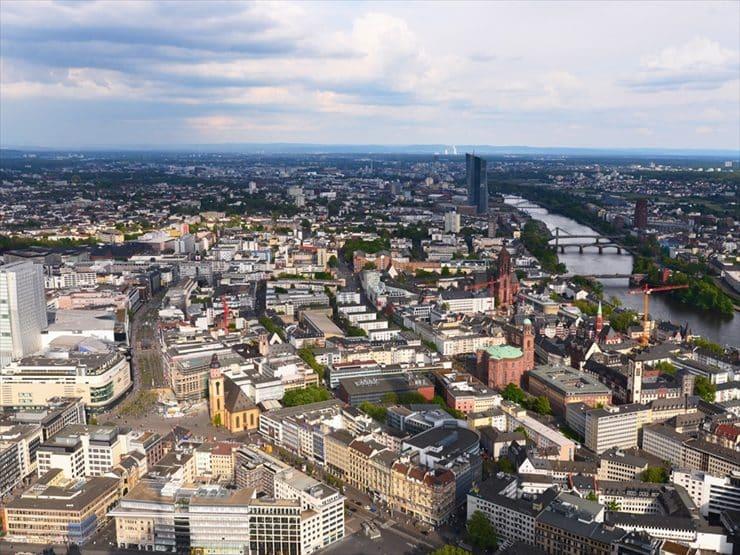 マイン・タワーから見たフランクフルト市内。右手には大聖堂やマイン川が見える。