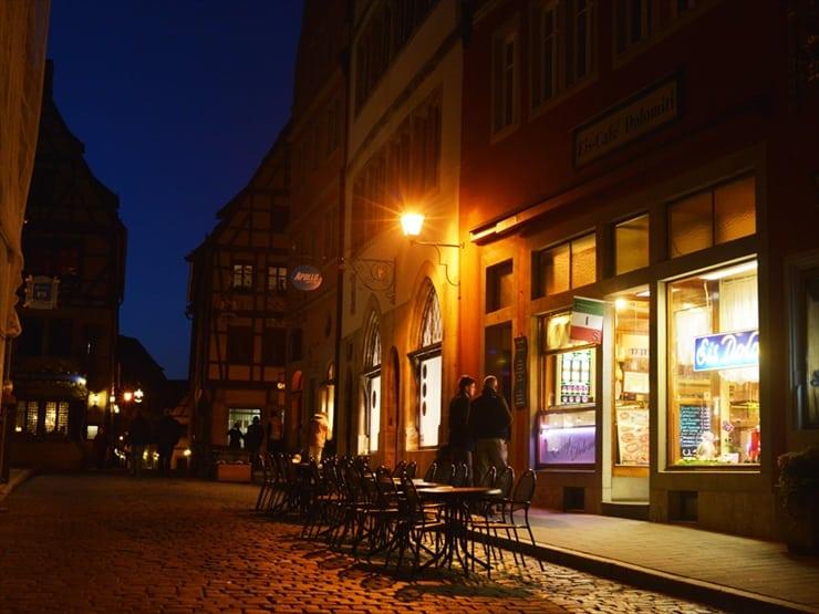 夜には街のあちこちがライトアップされて幻想的な雰囲気に一変する。
