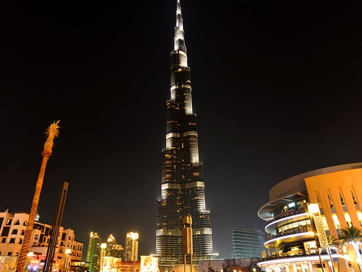 ブルジュ・カリファ: 夜空に浮かび上がる摩天楼はこの国の富かさの象徴だ。