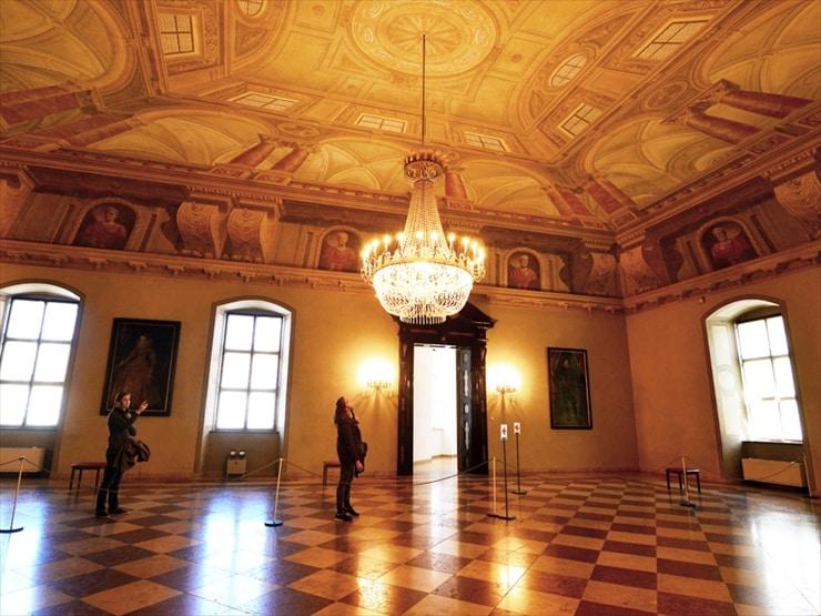 レジデンツ/16世紀に造られたこの大広間は、黒い4つの人造大理石の入り口に由来してブラックホールと呼ばれている。