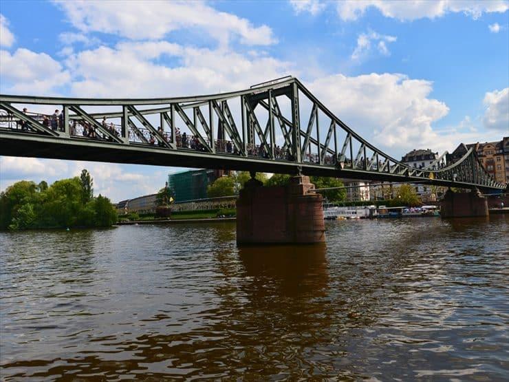 市内を流れるマイン川。大聖堂の近くには観光遊覧の発着所もある。