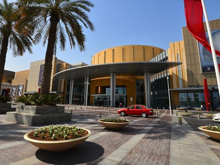 ドバイ・モール: 1200店舗、150以上の飲食店が設けられている。