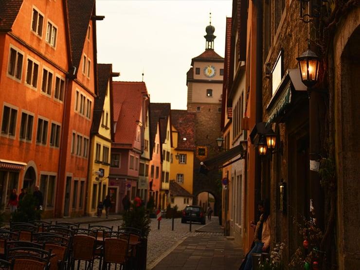 通りの街灯に明かりが灯りだす黄昏時に、どこか懐かしいような感覚を覚える。