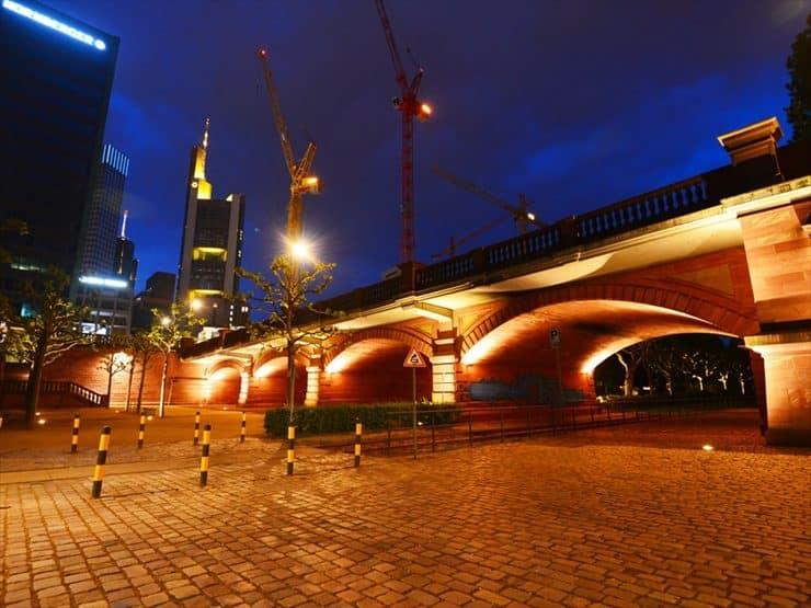 ライトアップされた石造りの橋と、高層ビルの対比が美しい。夜のマイン川沿いは、恋人たちが語り合うロマンティックな雰囲気。