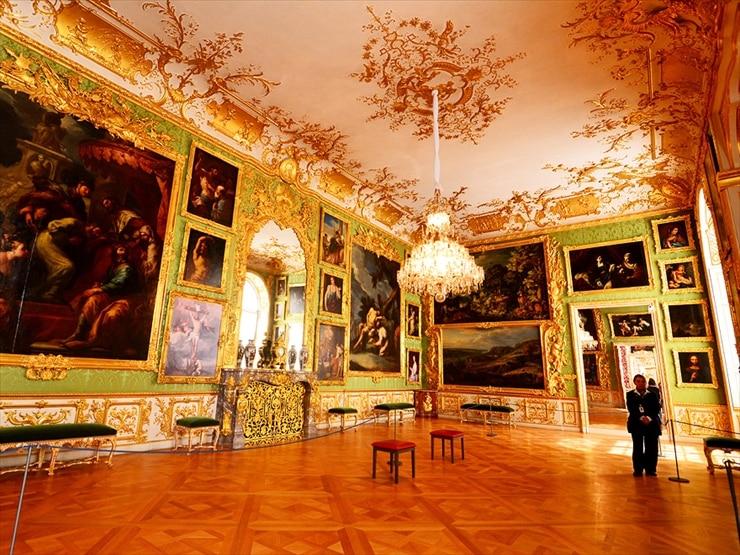 レジデンツ/バイエルン建築に大きな影響を与えたベルギー人建築家フランソワ・ド・キュビエにより18世紀に造られたギャラリー。当時は法廷祝賀のための部屋でグリーンのシルクのダマスク織りが施されていた。