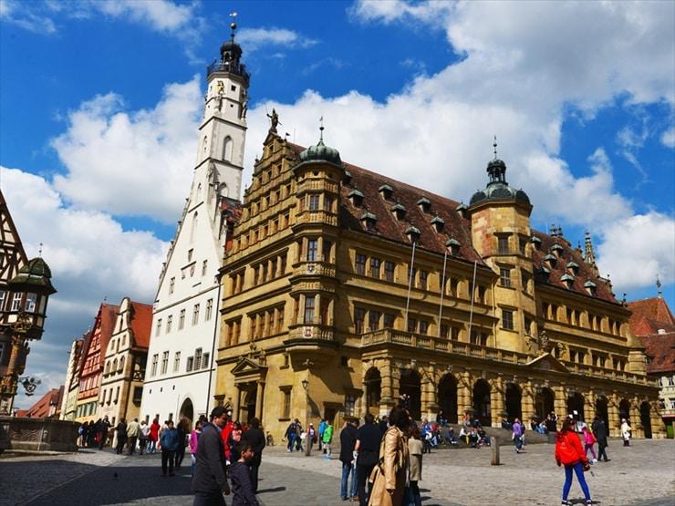 ゴシック様式とルネサンス様式が融合した市庁舎の建物・休日ともなればドイツ内外からの観光客で賑わう。奥に見える白い建物に展望台がある。