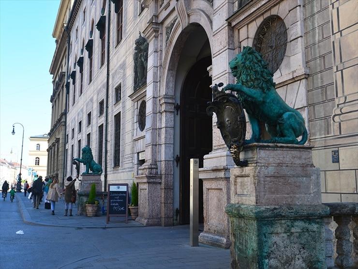 レジデンツ通り側にある2頭の獅子像。この盾に触れると幸せになるという言い伝えがある。
