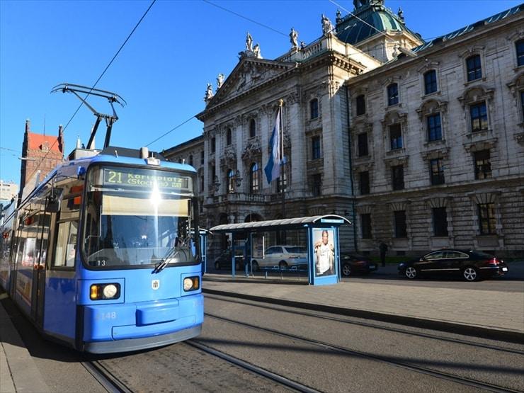 古い街並をバックにメトロが走る。ミュンヘン市内はどこへ行くにも市電が便利。