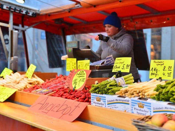 朝のまだ寒いうちから新鮮な野菜や花を売る青空市場。