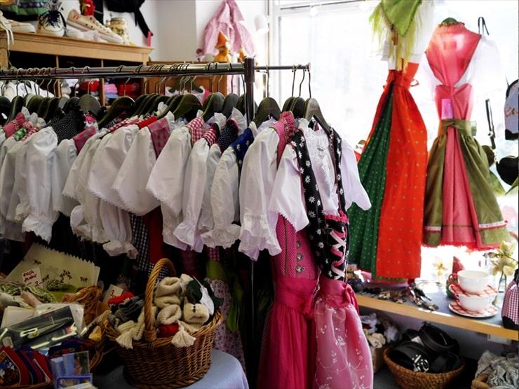 ジダン・ディ・トラクト/ところ狭しとカラフルな色合いの衣装が並んでいる。