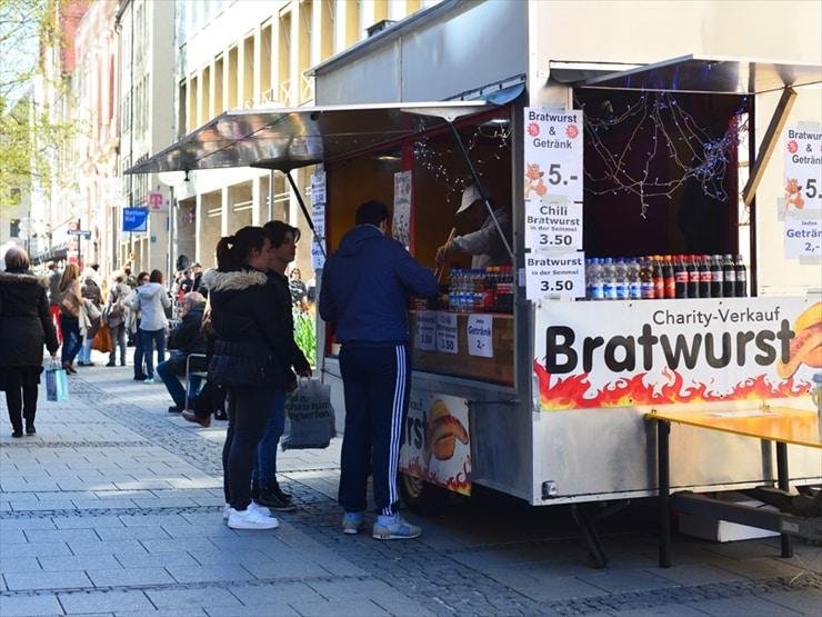 ドイツのファーストフード、インビス。焼きたてのソーセージがこれまた美味!