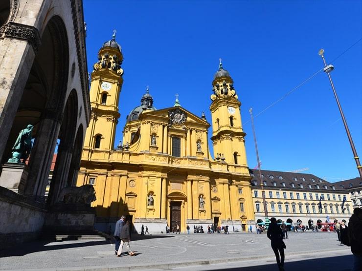 1669年に建立されたバロック中期バシリカ様式のテアティナー教会。時代ごとによって異なる様式を持つ教会がミュンヘンには数多く点在する。
