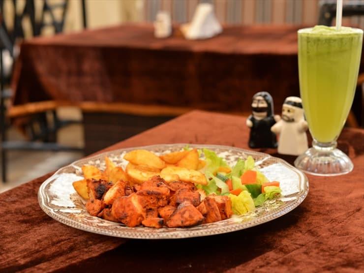 ローカルハウス:スパイスの香りが食欲をそそるチキン・ケバブ(40Dh)と暑い気候に最適なレモンミントジュース(22Dh)。