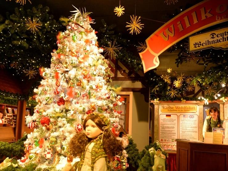 ケーテ・ウォルファルト クリスマスビレッジ/約7200個の豆電球で飾られたクリスマスツリーが可憐な世界へと誘う。