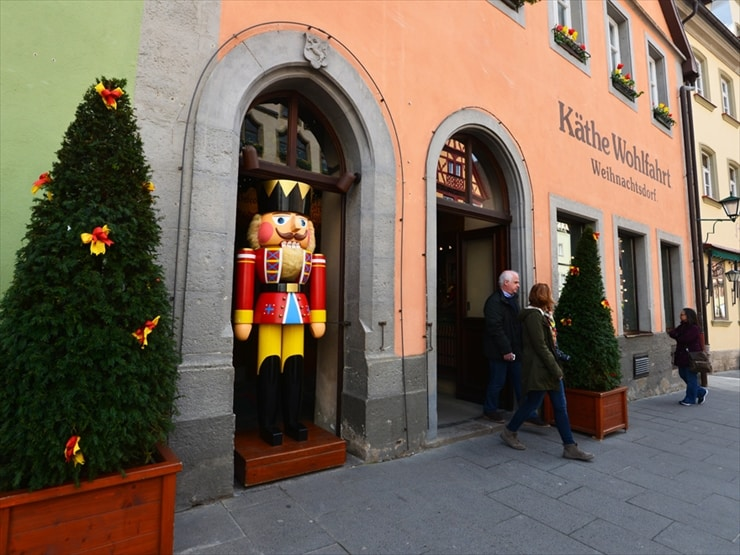 ケーテ・ウォルファルト クリスマスビレッジ/見るものを楽しませてくれるくるみ割り人形。