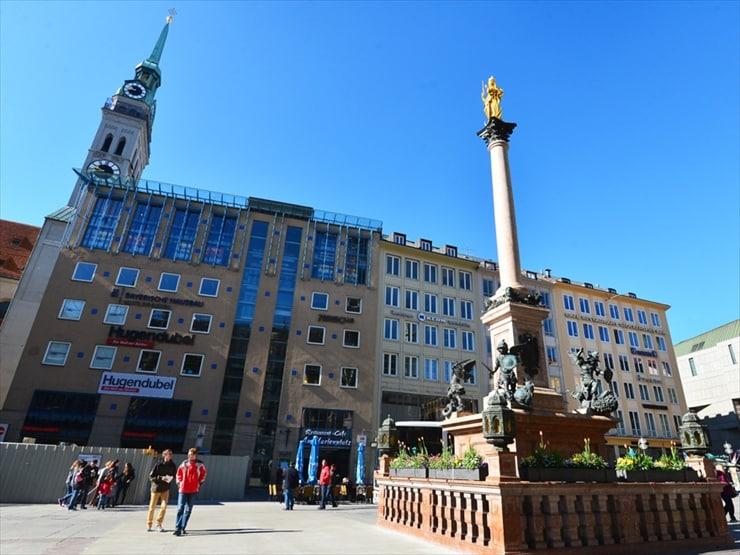 マリエン広場からミュンヘン最古の聖ペーター教会を臨む。