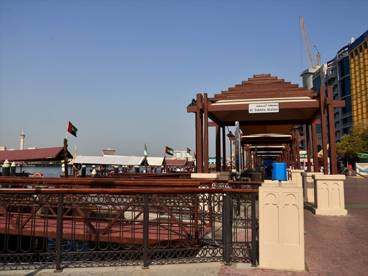 ドバイ市民で賑わうアブラ乗り場。