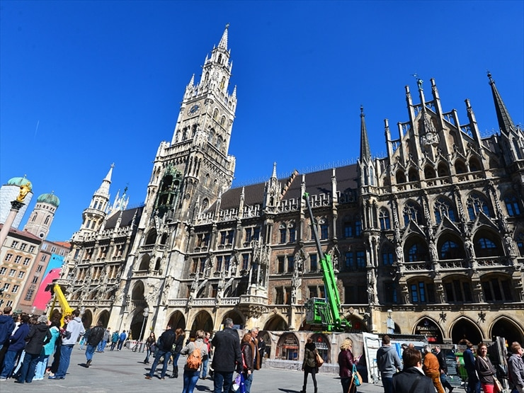 ゴシック様式の新市庁舎。85mの塔にある仕掛け時計では、11・12・17時に伯爵ヴィルヘルム5世の結婚式の様子が再現される。