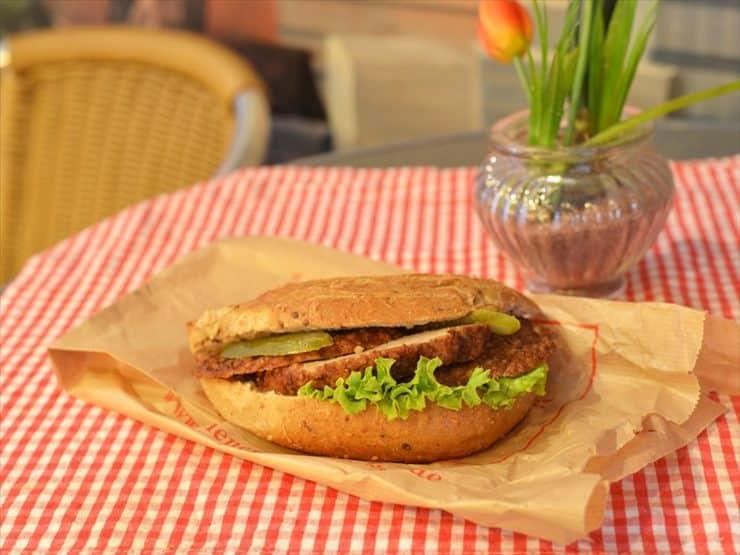 ウィナー・ファインベッカライ:外はカリッ、中はふわふわのパンとジューシーなミートローフが絶品の味。