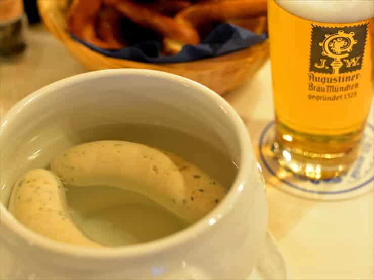 アウグスティナー・グロースガストシュテーテン/白ソーセージは滞在中一度は口にしたいミュンヘン名物。自家製の甘めのマスタードがさらに味を引き立てる。