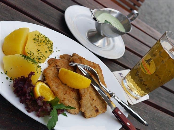 ハウス・ヴェルトハイム: シュニッツェルに添えられているのは、パセリなどの香草で作られたグリューネソース。さっぱりした味わいは肉料理にぴったり。